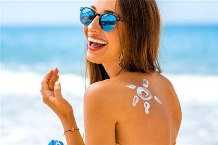 Đi du lịch gặp nắng nóng nên làm gì?