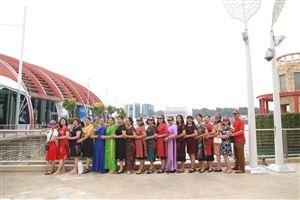 Tà áo dài Việt Nam duyên dáng trên đất nước Singapo